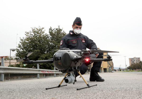 Итальянский карабинер управляет беспилотником в целях проверки выполнения населением мер, введенных правительством в связи с коронавирусом в Неаполе - Sputnik Грузия