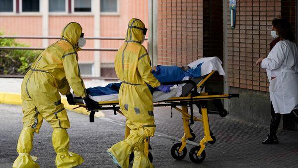 Зараженного коронавирусом доставляют в клинику медики. Мадрид Испания - Sputnik Грузия