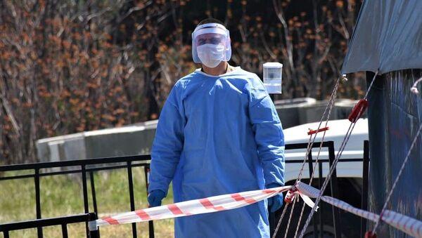 Военные медики проверяют жителей у полевого госпиталя на блокпосту со стороны Мцхета - Sputnik Грузия