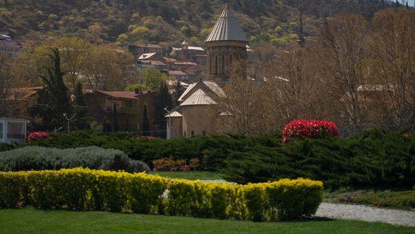 Карантинная весна в столице Грузии. Пустынные аллеи в парке Рике в Тбилиси и вид на собор Сиони - Sputnik Грузия