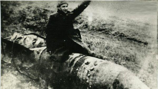 კონსტანტინე ლორთქიფანიძე ჩამოგდებულ ბომბზე ზის - Sputnik საქართველო