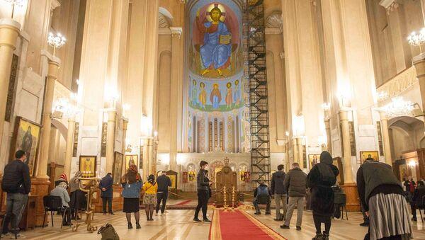 აღდგომა საქართველოს მთავარ ტაძარში - მორწმუნეები სამებაში ღვთისმსახურებას დაესწრნენ - Sputnik საქართველო