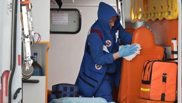 Медицинский работник в автомобиле скорой помощи - Sputnik Грузия