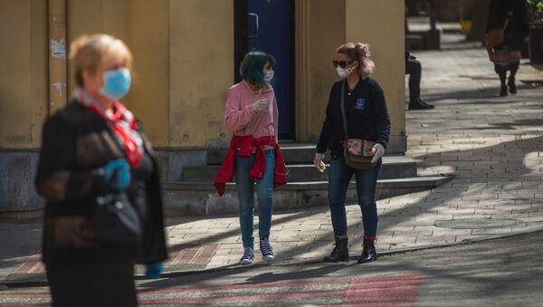 Прохожие на улицах в масках во время карантина из-за коронавируса - Sputnik Грузия