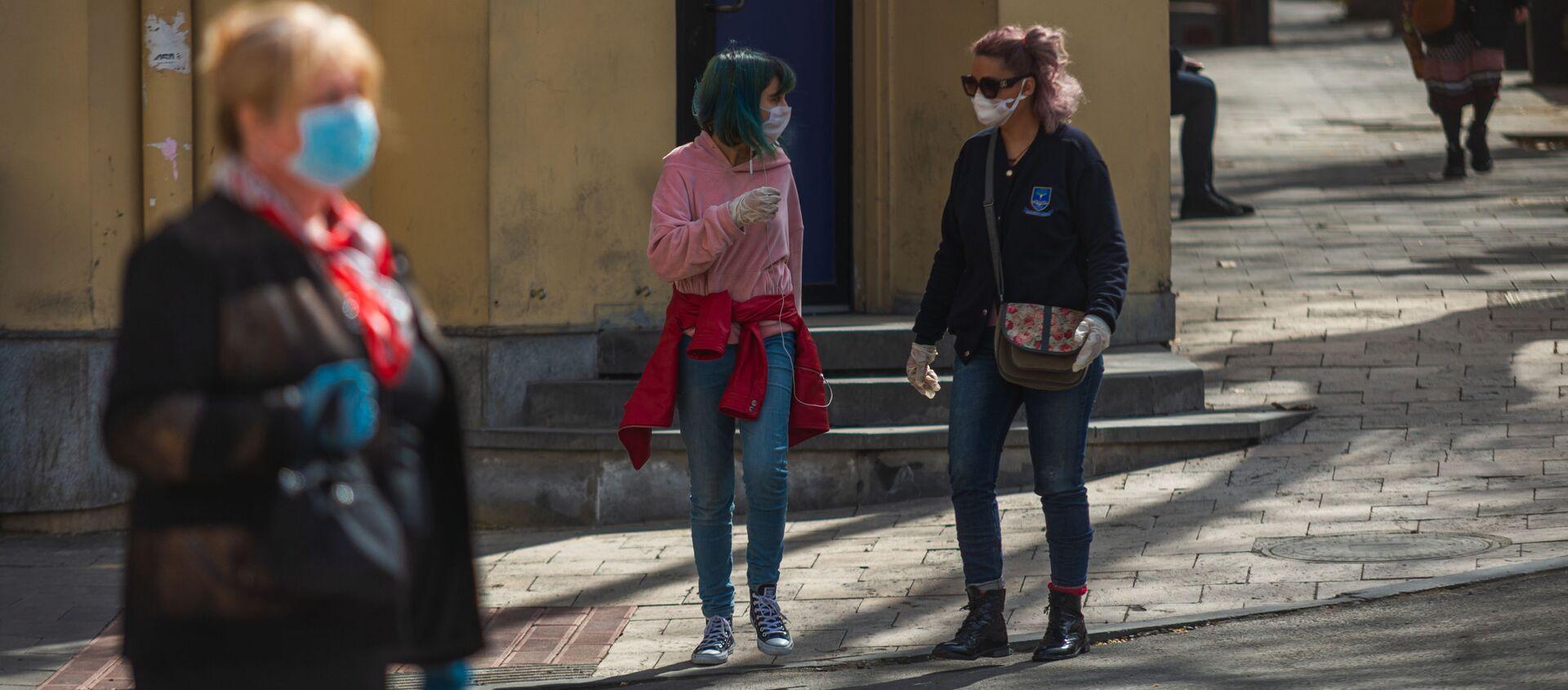 Прохожие на улицах в масках во время карантина из-за коронавируса - Sputnik Грузия, 1920, 23.05.2021