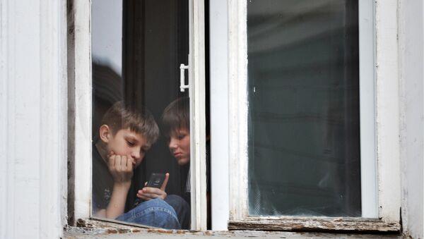 Дети в самоизоляции играют в игры на мобильном телефоне - Sputnik Грузия