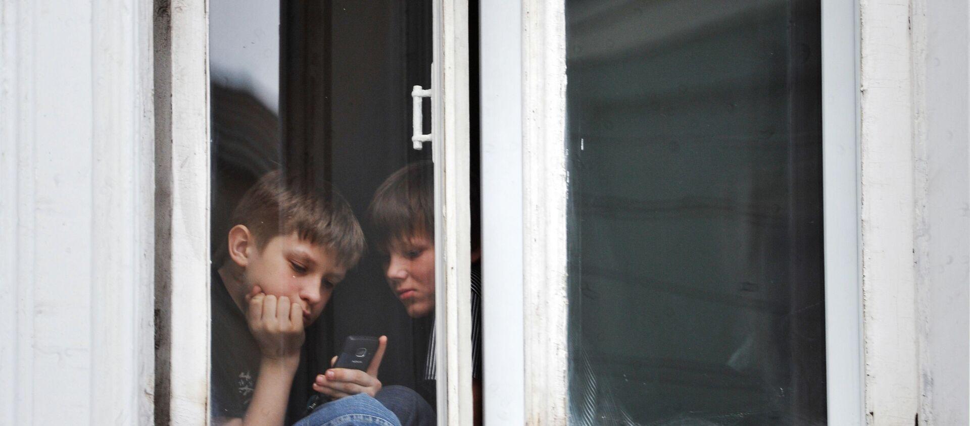 Дети в самоизоляции играют в игры на мобильном телефоне - Sputnik Грузия, 1920, 04.06.2021