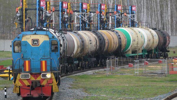 Поезд на железнодорожном терминале доставки бензина на нефтебазу - Sputnik Грузия