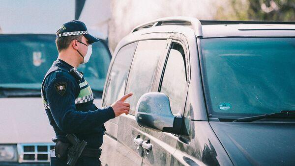 Полицейские в респираторах на блокпосту во время эпидемии коронавируса - Sputnik Грузия