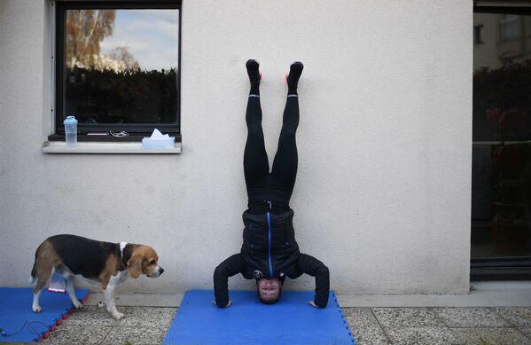 Пятикратная чемпионка мира по карате Александра Реккья во время тренировки дома в Лей-ле-Роз во Франции   - Sputnik Грузия