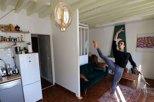 Итальянский танцор балета Парижской оперы Франческо Мура во время тренировки дома в Париже - Sputnik Грузия