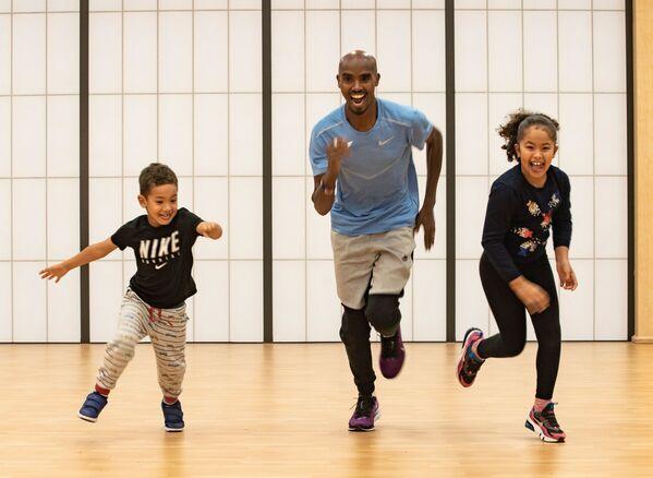 Британский спортсмен Мо Фара во время тренировки с детьми дома в Суррее в  Великобритании - Sputnik Грузия