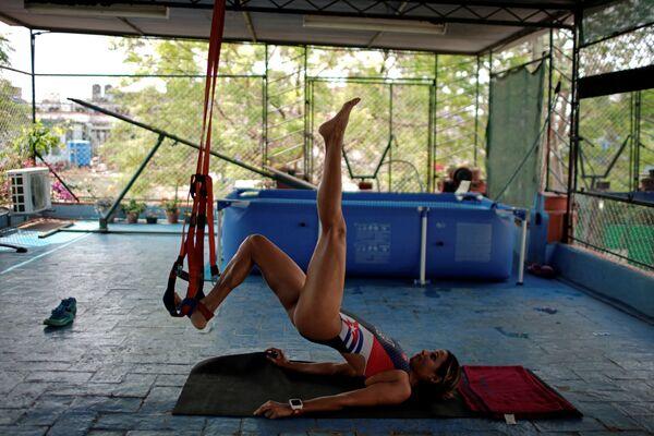 Кубинская триатлонистка Лесли Амат тренируется на крыше своего дома во время самоизоляции - Sputnik Грузия