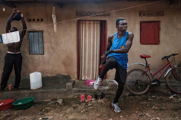 Профессиональный боксер Джошуа Тукамвехебва тренируется дома, в трущобах Нагуру, где родилось большинство чемпионов Уганды по боксу   - Sputnik Грузия