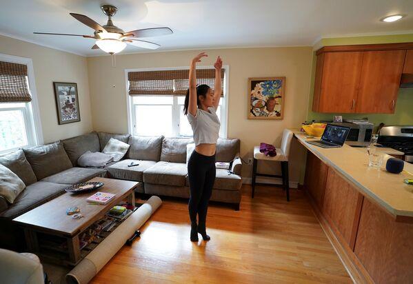 Балерина Эллисон Вернон во время домашней тренировки на самоизоляции - Sputnik Грузия