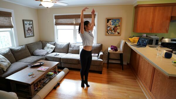 Балерина Allison Vernon во время домашней тренировки на самоизоляции  - Sputnik Грузия