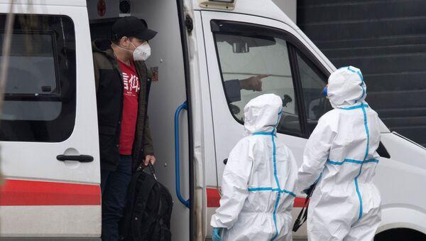 Бригада скорой медицинской помощи доставила пациента в карантинный центр в Коммунарке - Sputnik Грузия