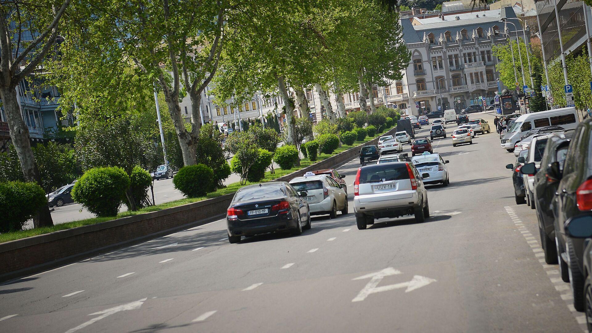 Машины едут в сторону проспекта Руставели в Тбилиси - Sputnik Грузия, 1920, 22.09.2021