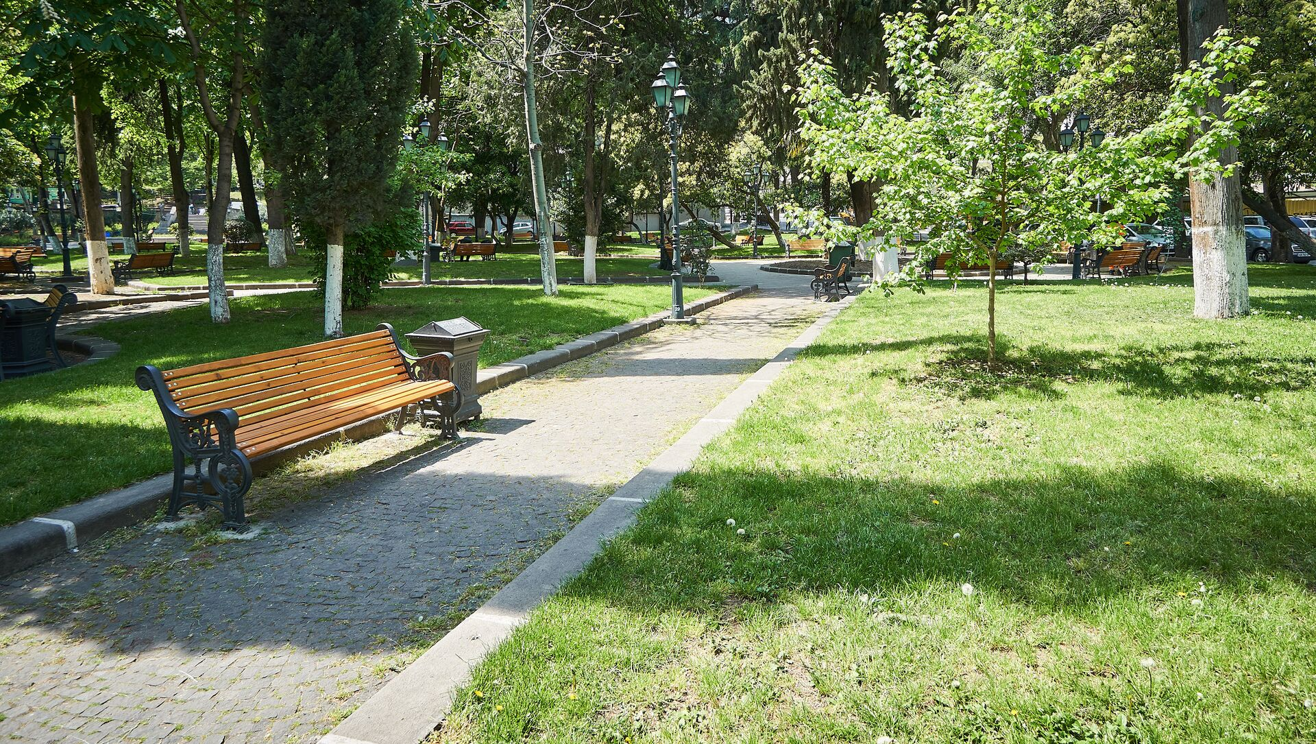 Парк Александровский сад на улице Атонели у резиденции президента Грузии - Sputnik Грузия, 1920, 10.02.2021