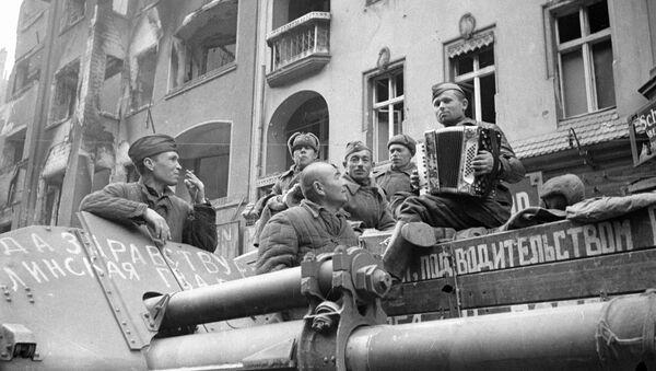 Советские солдаты слушают баян на улицах Берлина, 1945 год - Sputnik Грузия