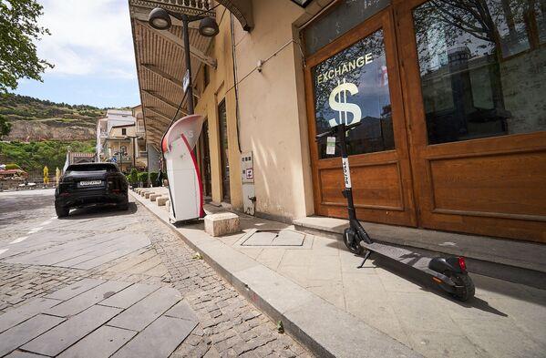 Кстати, появились электроскутеры и в историческом центре столицы Грузии. Однако там еще пустынно на улицах - так как границы закрыты и туристов пока нет - Sputnik Грузия