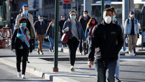 Люди в масках в Риме после этапного завершения карантина в Италии  - Sputnik Грузия