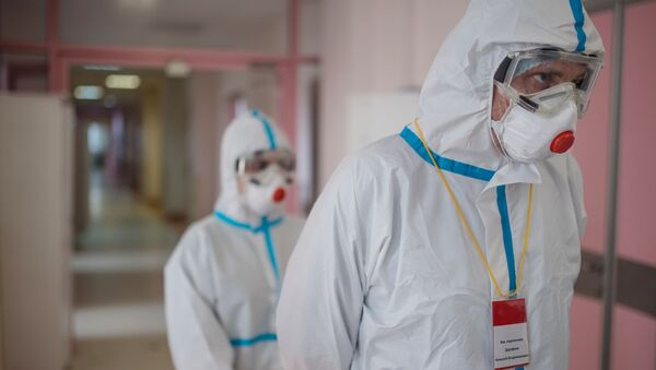 Медицинские работники в стационаре для больных с коронавирусной инфекцией. Ситуация в России в связи с коронавирусом - Sputnik Грузия
