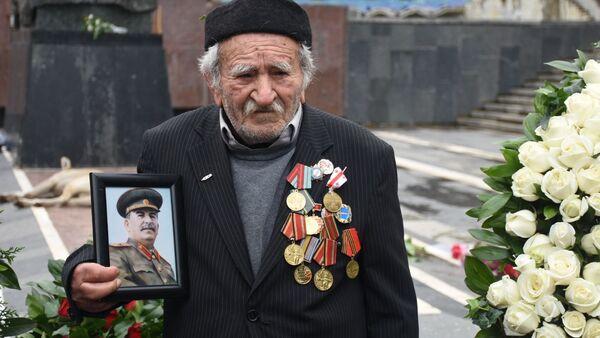 День Победы 9 мая 2020 года в парке Ваке. Люди возлагают цветы у Вечного огня и у Могилы Неизвестного Солдата - Sputnik Грузия