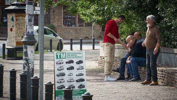 Пожилые мужчины обсуждают насущные проблемы на улице Котэ Апхази в центре Тбилиси - Sputnik Грузия