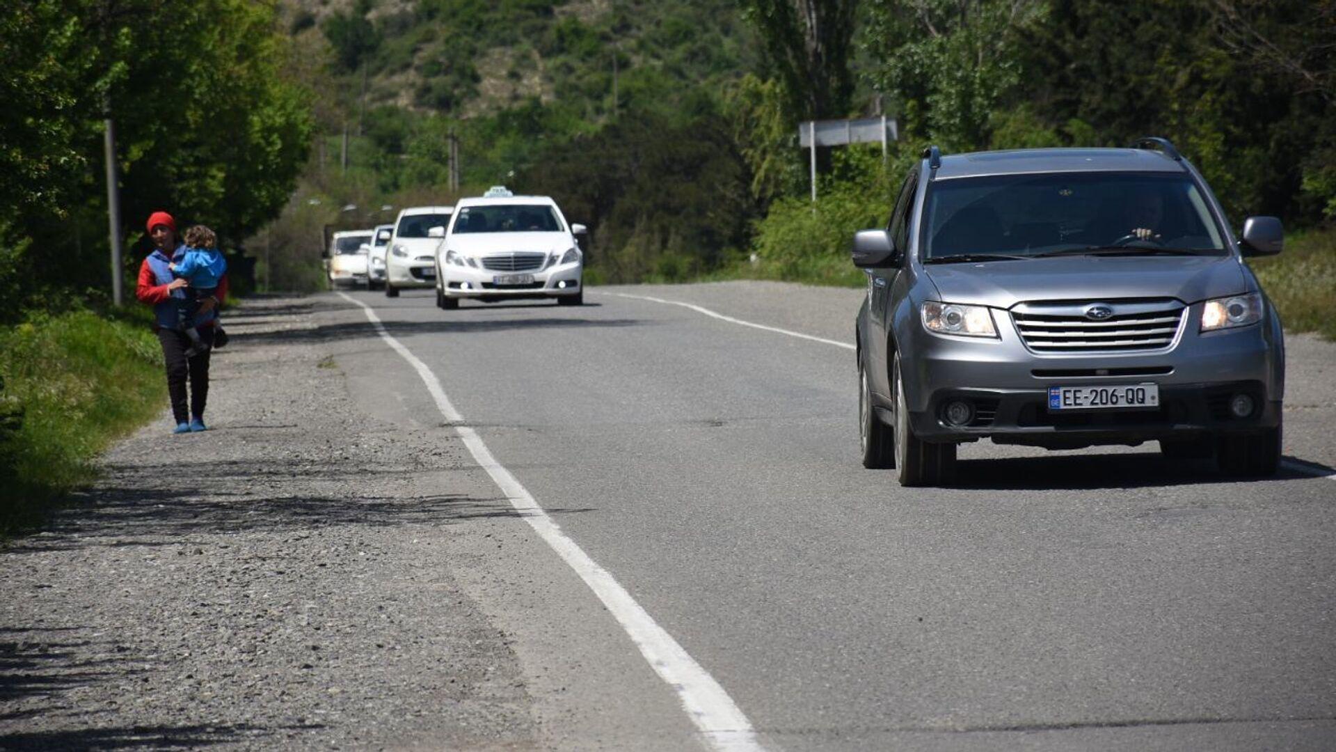 Загородняя автотрасса. Автомобили едут по дороге в дневное время суток - Sputnik Грузия, 1920, 02.10.2021