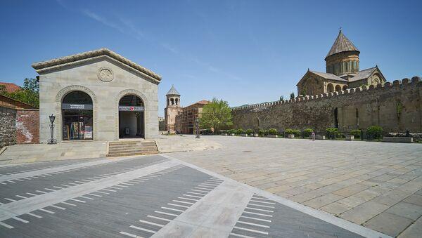 Пустая безлюдная площадь перед центральным входом на территорию храма Светицховаели. Опустевший Мцхета - Sputnik Грузия