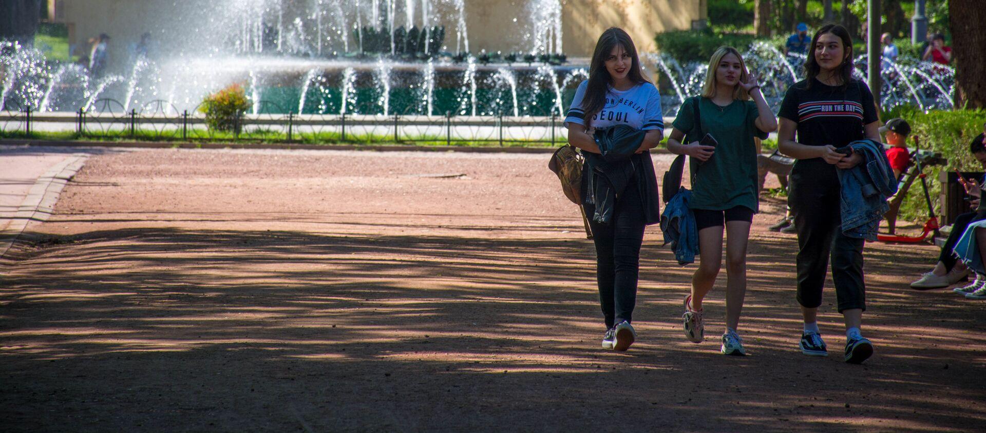 Весна в столице Грузии. Парк Ваке. Девушки идут по дорожке - Sputnik Грузия, 1920, 26.08.2020