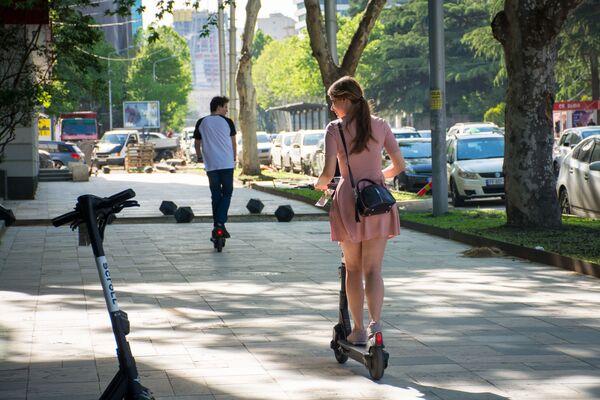 В мэрии Тбилиси считают, что электросамокаты вполне могут стать альтернативой городскому транспорту в условиях, когда улицы города перегружены и создаются пробки - Sputnik Грузия