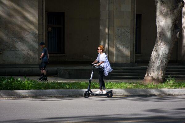 Активировать скутер можно с помощью специального мобильного приложения - Sputnik Грузия