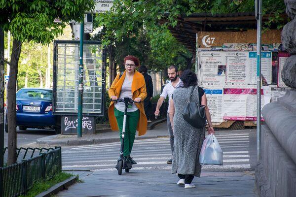 На улицах Тбилиси, особенно в центре города, все чаще можно заметить людей на электросамокатах - Sputnik Грузия