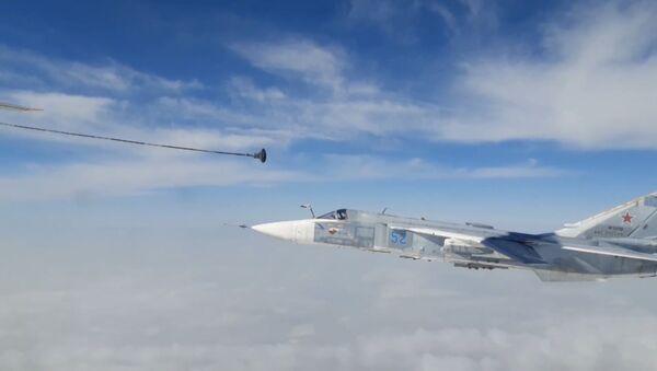 Как бомбардировщики Су-24М ведут дозаправку в воздухе - видео - Sputnik Грузия