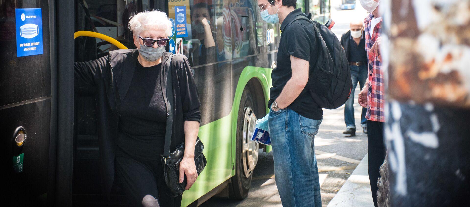 Городской транспорт. Пассажирский автобус на остановке - Sputnik Грузия, 1920, 19.06.2021