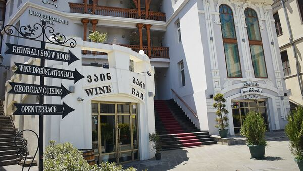Закрытые бары, кафе и рестораны в старом городе, популярном среди туристов - Sputnik Грузия