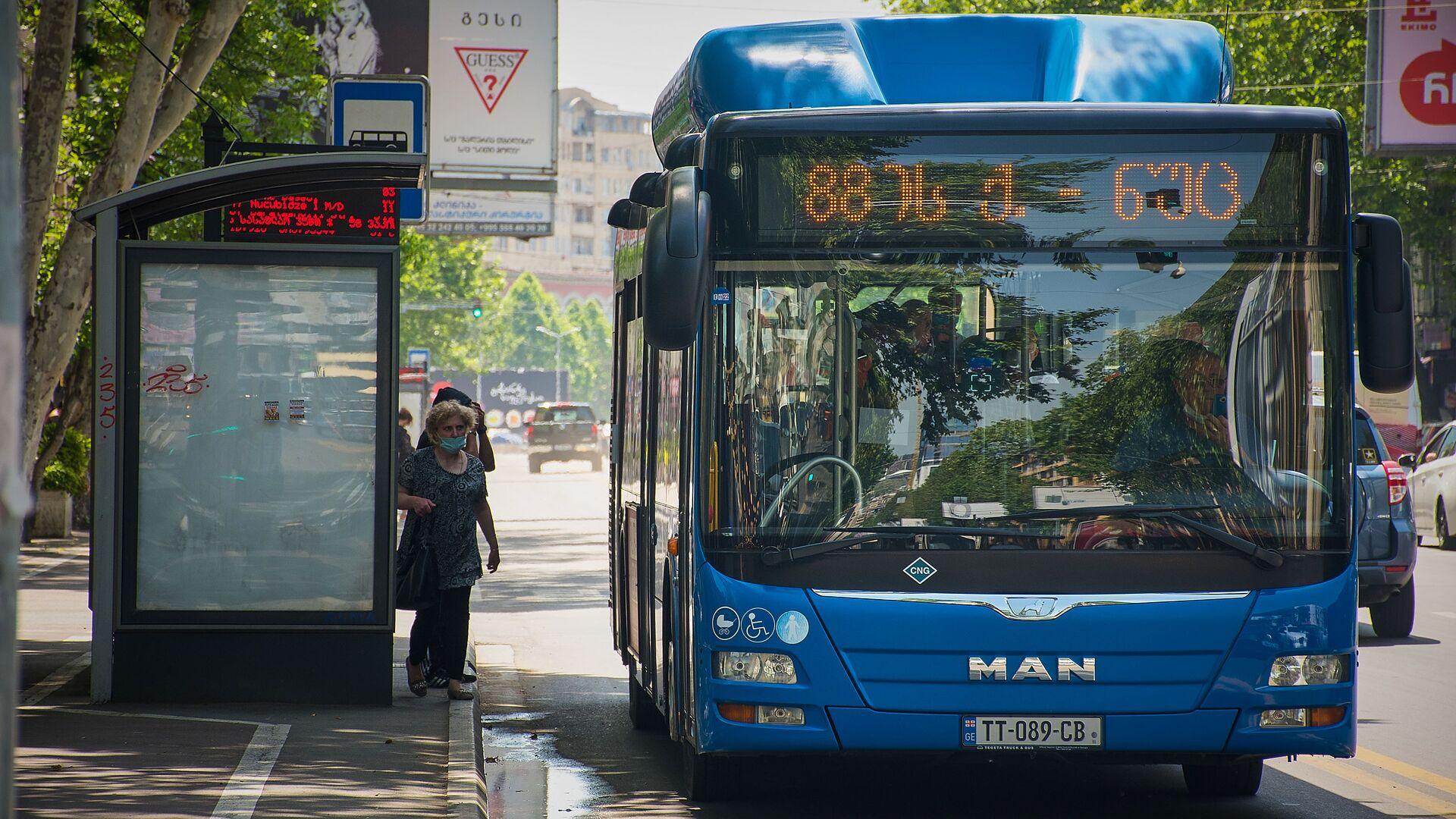 Городской транспорт. Пассажирский автобус на остановке - Sputnik Грузия, 1920, 07.09.2021