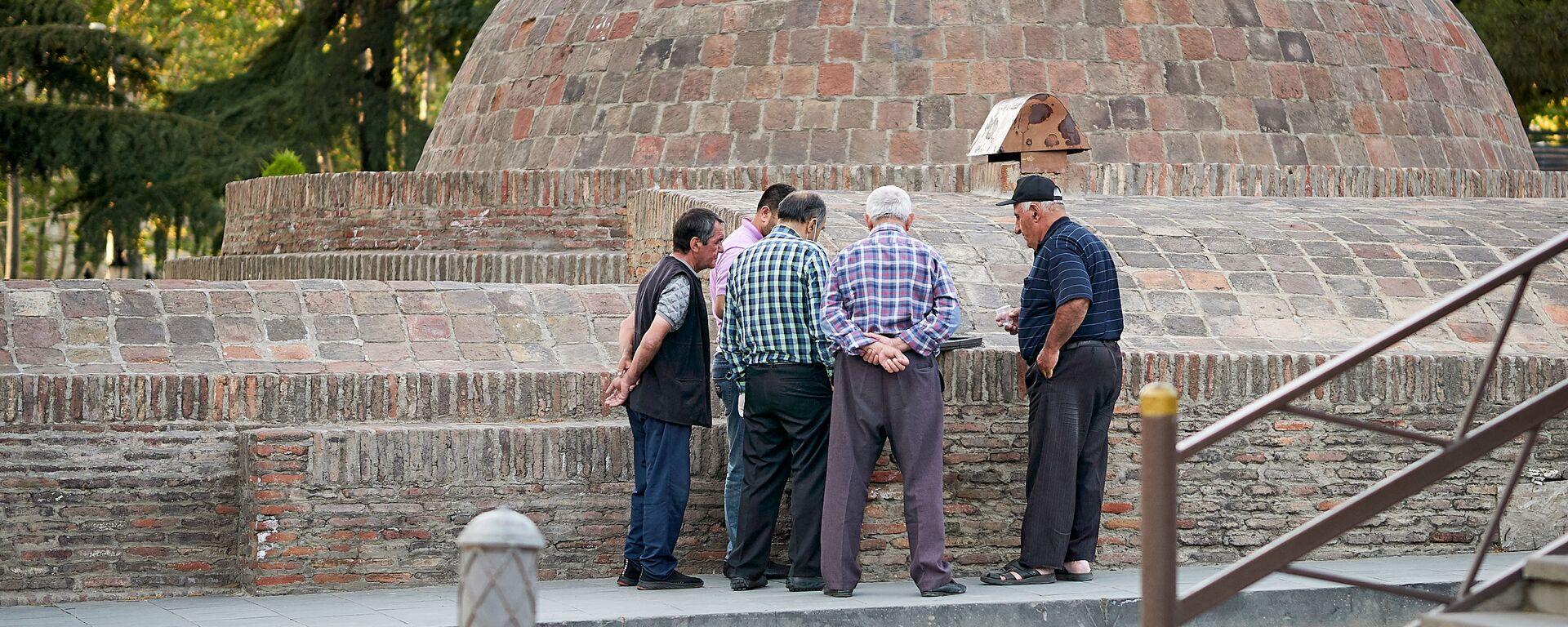 Пожилые безработные и таксисты у серных бань - Sputnik Грузия, 1920, 19.08.2021