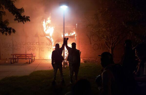 В США протесты, вызванные гибелью по вине полиции чернокожего американца Джорджа Флойда, переросли в массовые беспорядки - Sputnik Грузия