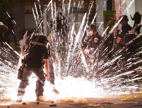 В Вашингтоне демонстранты подожгли несколько мусорных баков,  разбили витрины нескольких магазинов и бросали в полицию петарды  - Sputnik Грузия