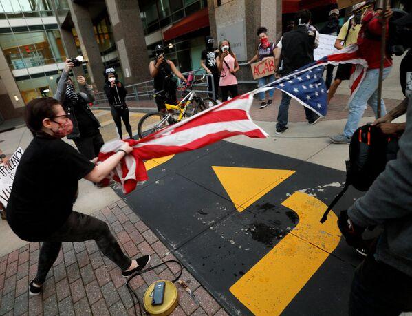 В знак протеста жители США рвут американские флаги - Sputnik Грузия
