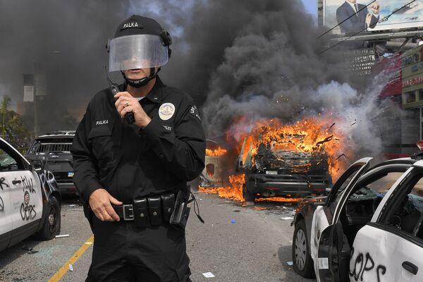 Кроме того, протестующие подожгли полицейскую машину - Sputnik Грузия