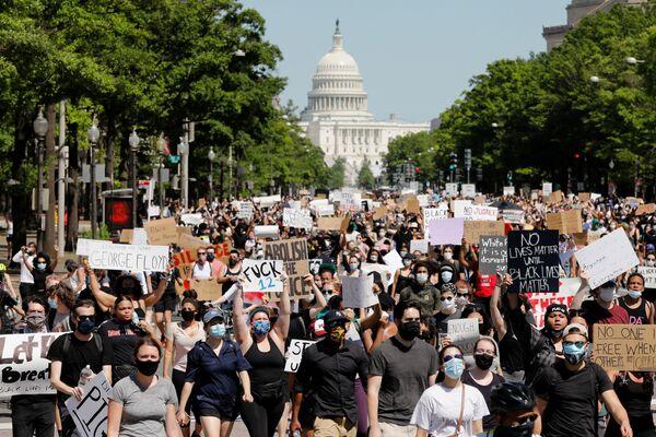 В пятницу сотни людей собрались возле Белого дома, который на короткое время был заблокирован - Sputnik Грузия