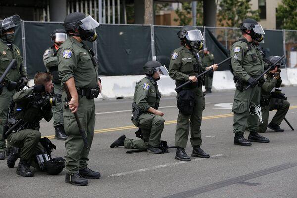 Правда в нескольких городах США полицейские поддержали протестующих, отложив в сторону дубинки и защитные каски и встав на одно колено в знак поддержки движения Жизнь чернокожих имеет значение - Sputnik Грузия