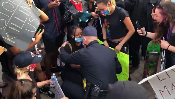 ჩვენ თქვენ გვიყვარხართ: პოლიციელმა კალიფორნიაში მომიტინგეების წინაშე მუხლი მოიდრიკა - Sputnik საქართველო