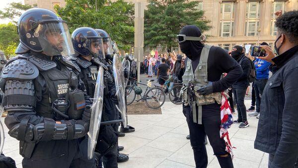 Вооруженные полицейские и спецназ в США - Sputnik Грузия
