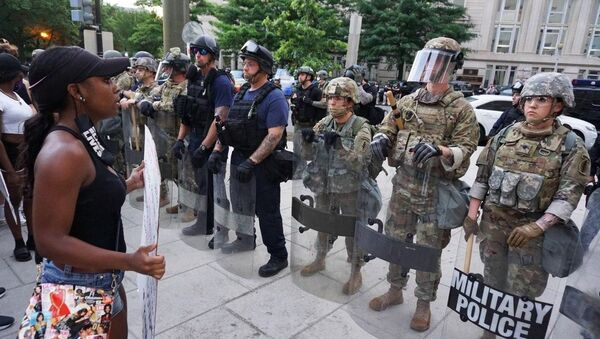Военная полиция США и участники акции протеста против полицейского насилия у Белого дома в Вашингтоне - Sputnik Грузия