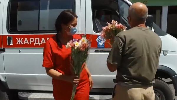 Самый простой способ вызвать улыбку — бишкекчанин подарил 300 букетов медикам - Sputnik Грузия